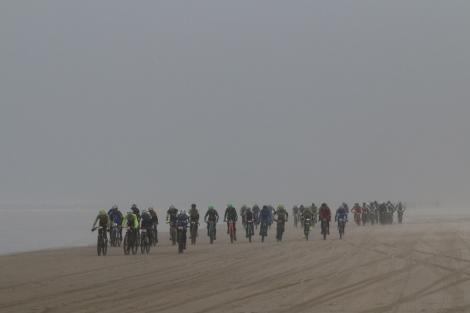 Marcel en Jacco in het midden van de groep, nog net te herkennen aan de groene helmen.. Foto: Wim Lemmers
